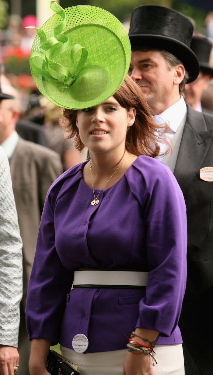 Chiếc mũ đầy tự hào của công chúa bị so sánh với đĩa bay người ngoài hành tinh.