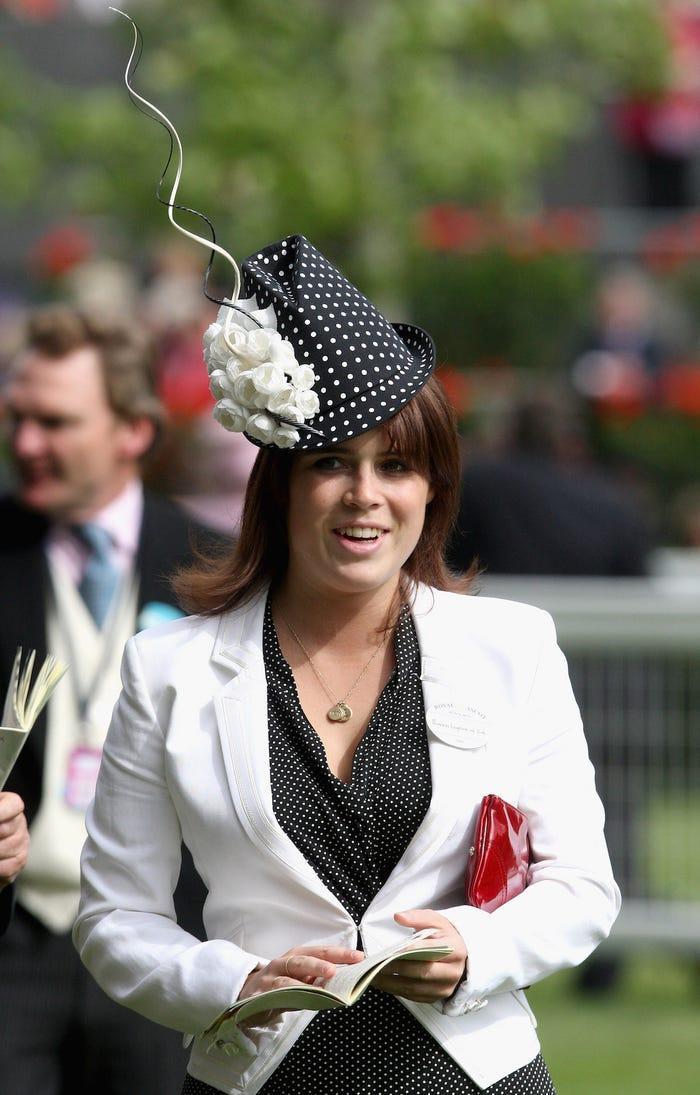 Công chúa đội chiếc mũ như cần ăng ten đến Royal Ascot 2009.