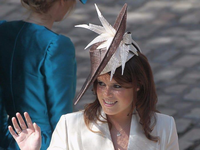Sau đó, cô tham dự một đám cưới khác vào tháng 7 năm 2011 với chiếc mũ lấy cảm hứng từ 'dao cắt hoa quả'?