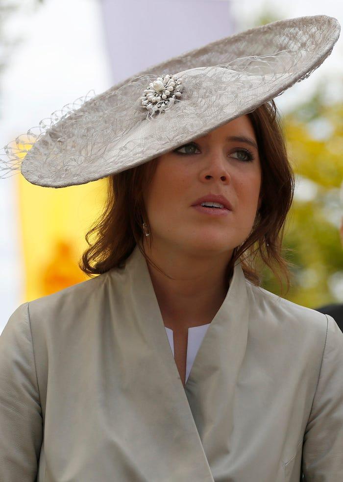 Tưởng như công chúa đã tiết chế hơn từ năm 2014, tháng 7 năm 2015 nắng nóng nên cô đã quay lại với style mũ rộng vành.