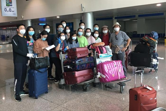 Nhóm du học sinh tại sân bay Tân Sơn Nhất (TP HCM) sáng 24/4. Ảnh: VNE
