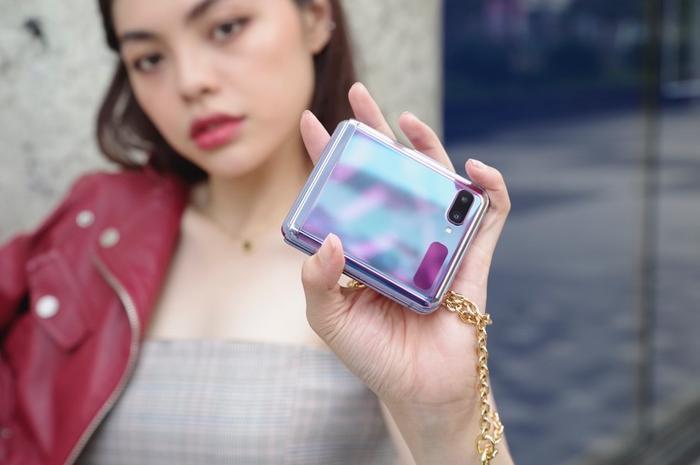 Nhỏ gọn và tinh tế như một món trang sức là những gì có thể hình dung về smartphone gập của Samsung.