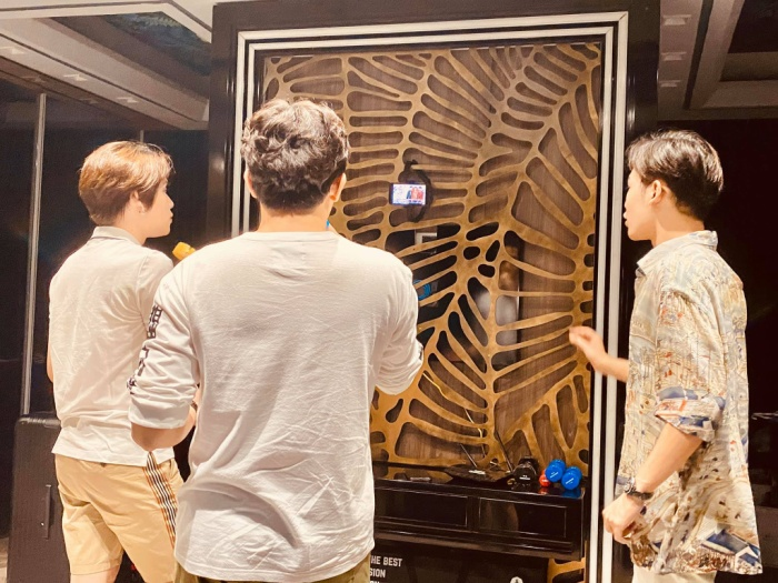 Hari Won khoe ảnh Trấn Thành hát karaoke cực sung cùng hàng xóm, nhưng fan lại soi ra chi tiết sai quá sai này ảnh 0