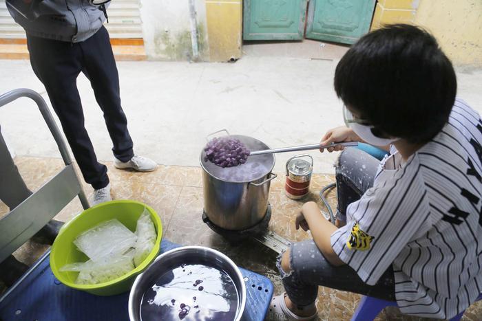 Nữ chủ quán tình nguyện nấu hơn 100 suất cơm, chè miễn phí tri ân những bác sĩ ở BV Nhiệt đới ngày ngày đương đầu chống dịch COVID-19 ảnh 5