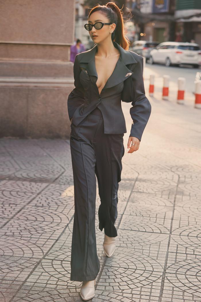 Hà Thu diện vest khoe vòng 1, dạo phố chiều Sài Gòn đầy quyến rũ ảnh 1