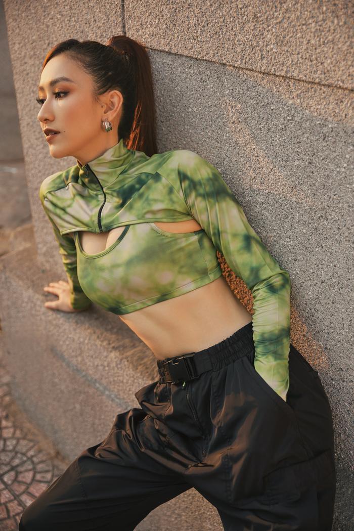 Hà Thu diện vest khoe vòng 1, dạo phố chiều Sài Gòn đầy quyến rũ ảnh 9