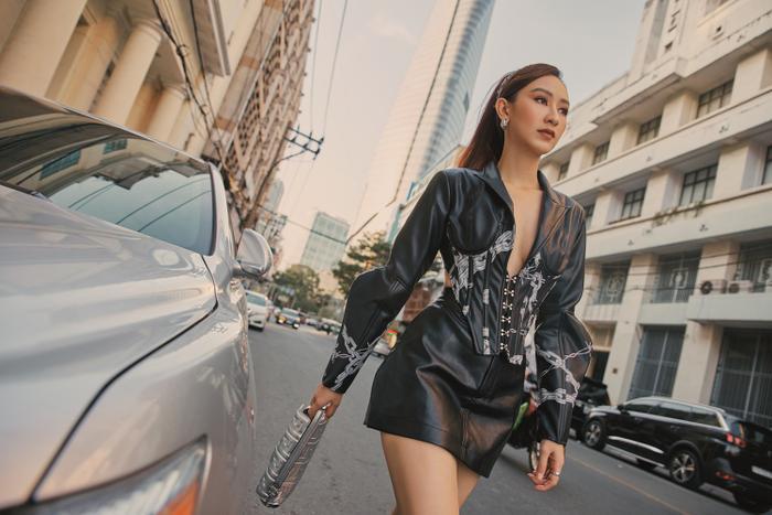 Hà Thu diện vest khoe vòng 1, dạo phố chiều Sài Gòn đầy quyến rũ ảnh 4