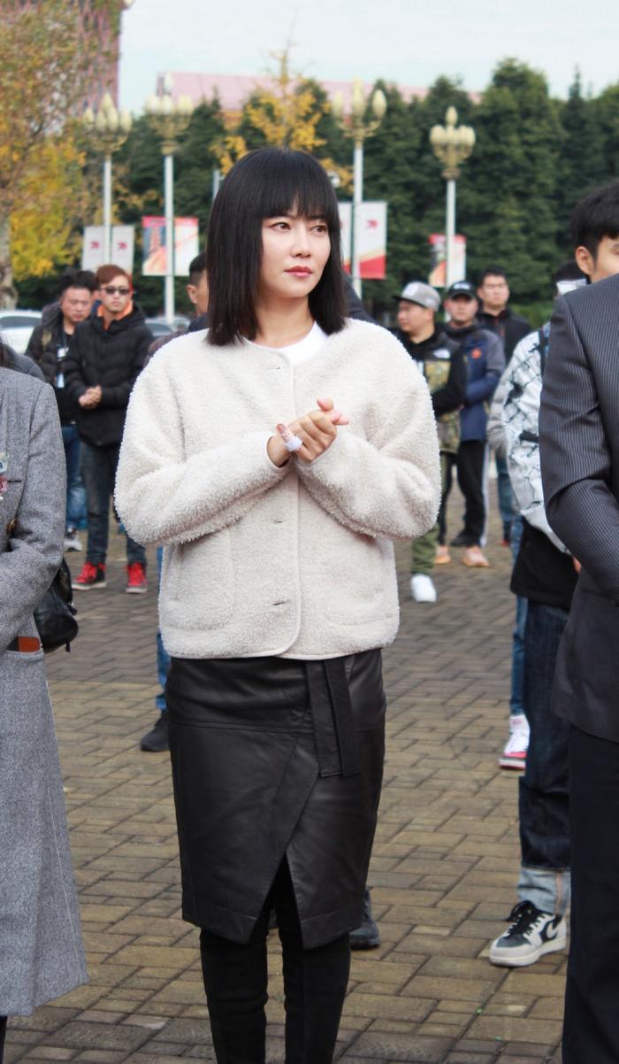 Không sợ Angelababy ghen, Huỳnh Hiểu Minh tay trong tay ngọt ngào với Thái Văn Tịnh trong phim mới ảnh 5