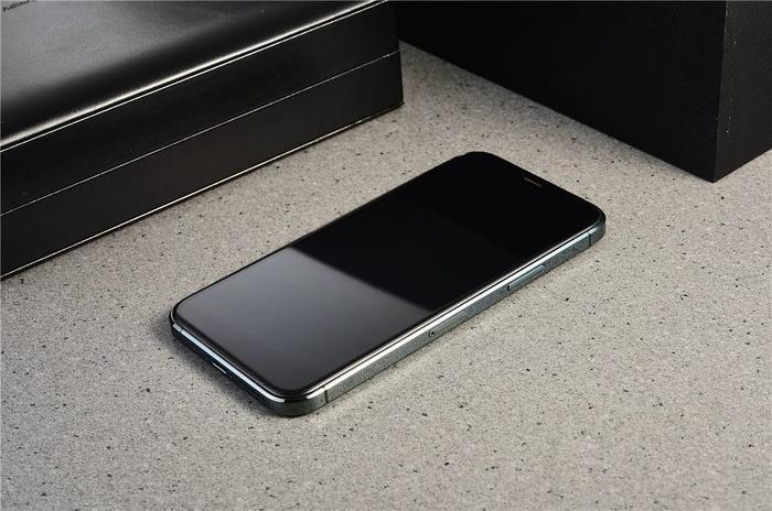 Chiếc iPhone 12 này có các cạnh vuông vắn như iPhone 5s trước kia, thay vì bo cong như các thế hệ iPhone hiện tại. (Ảnh:@witkeylian)