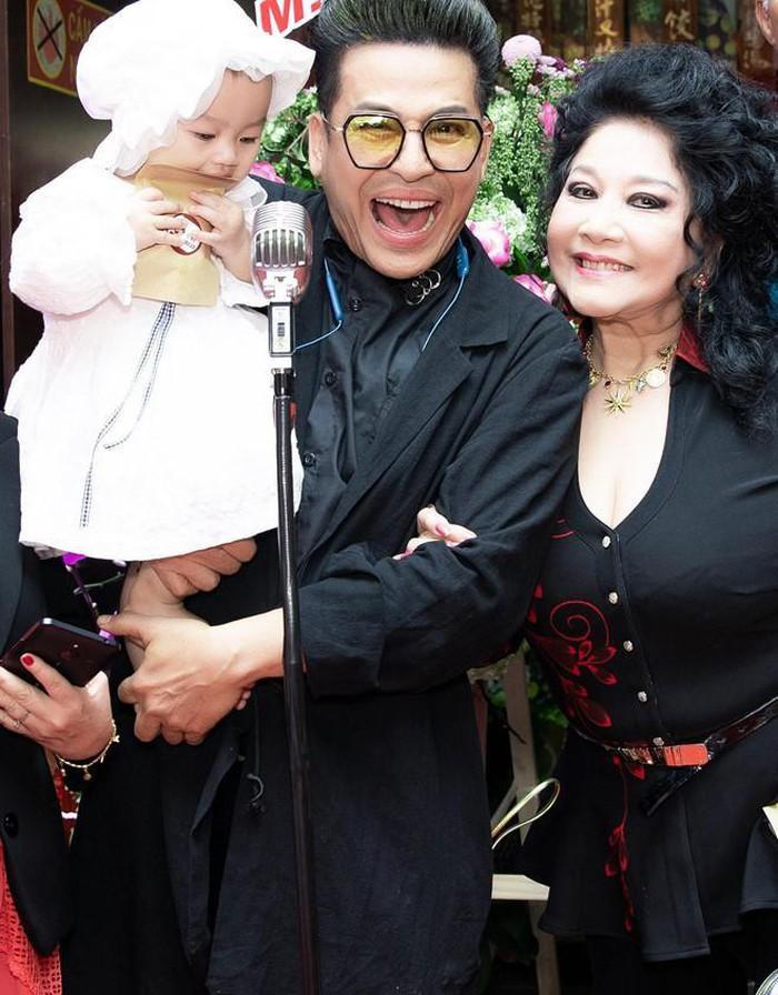Thanh Bạch hiện đang có cuộc sống hạnh phúc bên bà xã Thúy Nga và con cháu