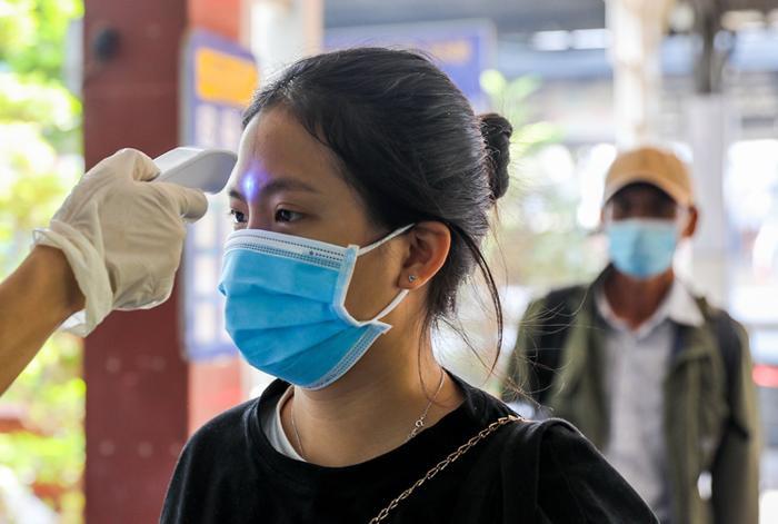 Nhân viên y tế đo thân nhiệt hành khách tại ga Sài Gòn để phòng dịch nCoV. Ảnh: báo Vnexpress