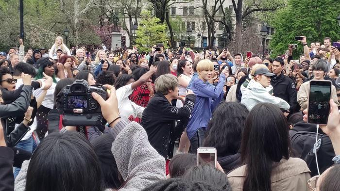 Các thần tượng cũng vô cùng thích thú khi tham gia cùng người hâm mộ ở những sự kiện như thế này.