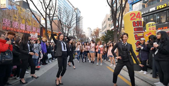 CLC xuất hiện ngay phần dance break khiến các thành viên nhóm nhảy cùng người hâm mộ vô cùng bất ngờ.