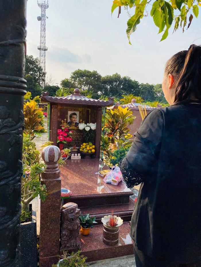 NSND Hồng Vân viếng mộ Anh Vũ, nhắn gửi tâm nguyện về Mai Phương khiến ai đọc cũng xúc động ảnh 0