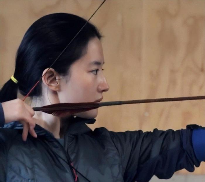 Góc nghiêng của Lưu Diệc Phi được dân mạng hết lời khen ngợi trong loạt ảnh tập luyện bắn cung cho Hoa Mộc Lan ảnh 3