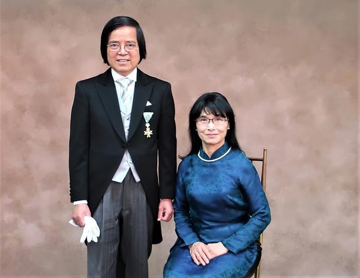 Giáo sư Trần Văn Thọ và phu nhân tại lễ Trao tặng huân chương cho người nước ngoài ở Tokyo ngày 10/5/2018. (Ảnh: Bộ Ngoại giao Nhật Bản)