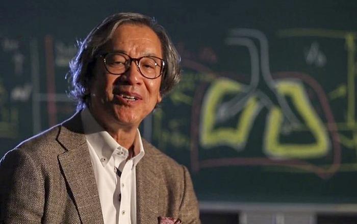 Giáo sư Trần Ngọc Phúc, người sáng lập công ty Metran chuyên sản xuất máy trợ thở cho người bị bệnh đường hô hấp cam kết sẽ chuyển giao sản xuất thiết bị này cho Việt Nam. (Ảnh: VTV)