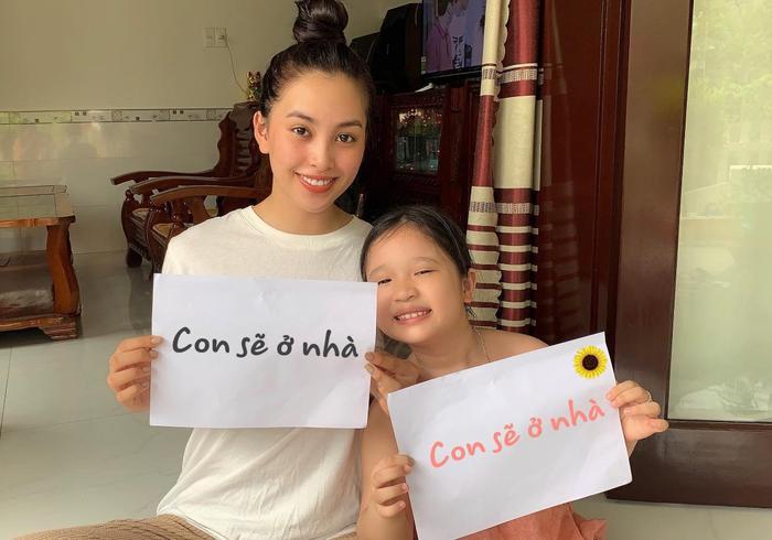 Hoa hậu Trần Tiểu Vy về quê tránh dịch. Cô nàng cùng chia sẻ thông điệp khuyến khích fan ở nhà để phòng tránh dịch COVID-19.