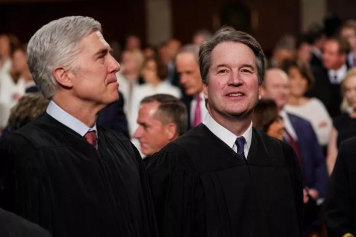 Thẩm phán Tòa án Tối cao Neil Gorsuch và Brett Kavanaugh tại Tòa nhà Quốc hội Mỹ, ngày 5/2/2019.