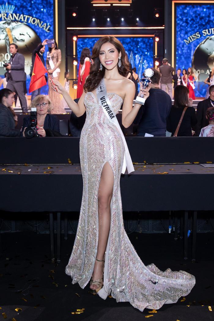 Có lẽ Minh Tú sinh ra là để thống trị những bộ váy màu ánh kimxẻ đùi cao ngút ngàn. Trong đêm chung kết Miss Supranational 2018, đại diện Việt Nam khoe thân hình đồng hồ cát cùng những bước catwalk chuyên nghiệp trong bộ váy cực kì thu hút.