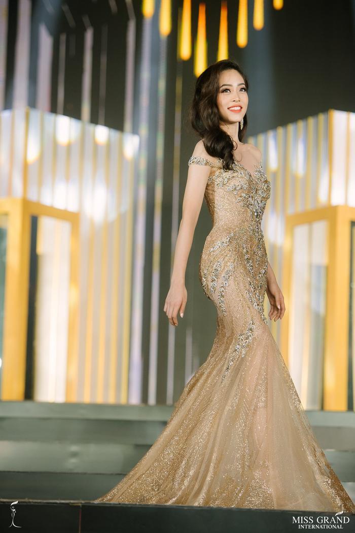 Mặc dù chỉ có hơn 2 tuần để đến với Miss Grand International 2018 nhưng Bùi Phương Nga vẫn xuất sắc lọt vào Top 10 chung cuộc. Trên sân khấu Hoa hậu Hòa bình Quốc tế, đại diện Việt Nam dành được nhiều lời khen với ngoại hình xinh đẹp cũng như bộ váy dạ hội với hiệu ứng bắt sân khấu rất lộng lẫy này.