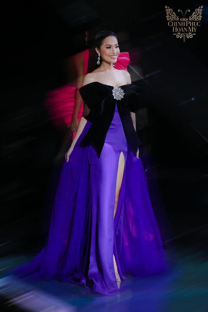 Hoài Sa đã chọn bộ váy màu tím với họa tiết chiếc nơ to bản cho đêm chung kết Chinh phục Hoàn mỹ 2018. Với thành tích á quân 2, cô đại diện cho Việt Nam tại Miss International Queen 2020.
