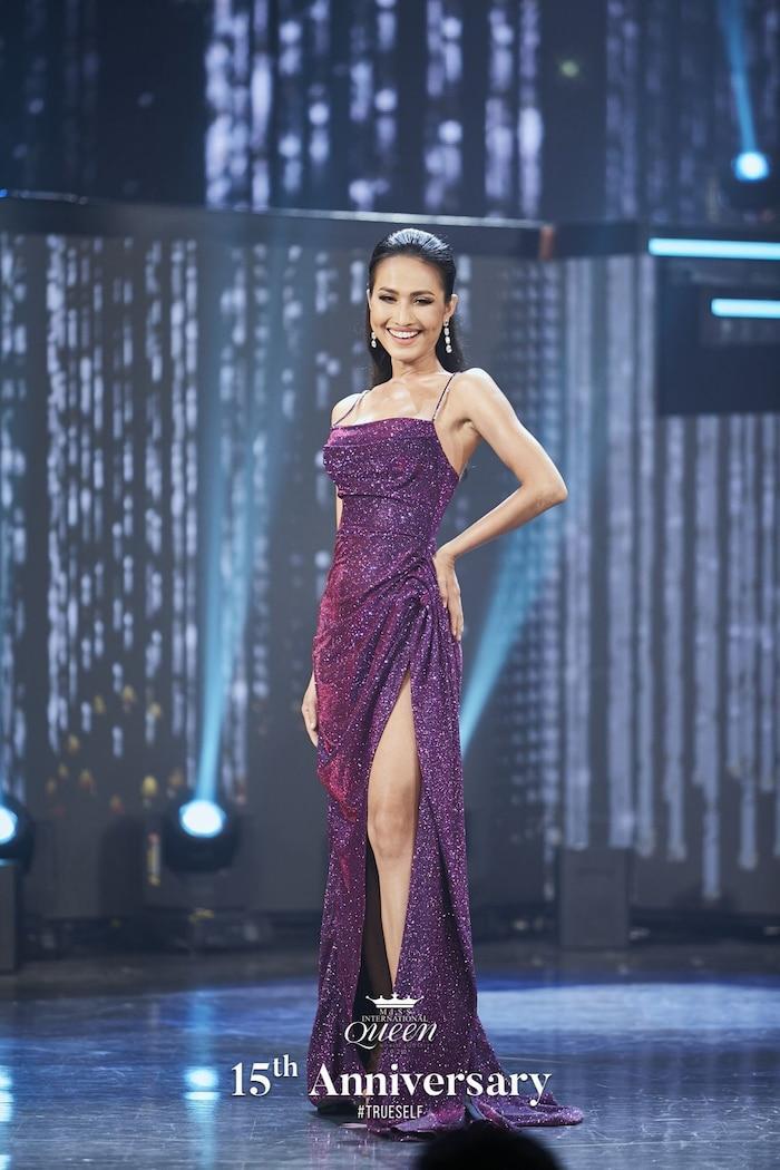 """Trong đêm chung kết Miss International Queen 2020, sau nhiều lần đắn đo, Hoài Sa đã chốt hạ bộ váy màu tím """"đầy ý nghĩa"""" khiến nhiều khán giả bất ngờ. Vì trước đó, đây không phải là sự lựa chọn được mọi người ủng hộ. Với sự nỗ lực thành tích Top 12 chung cuộc là phần thưởng cho sự cố gắng của Hoài Sa."""