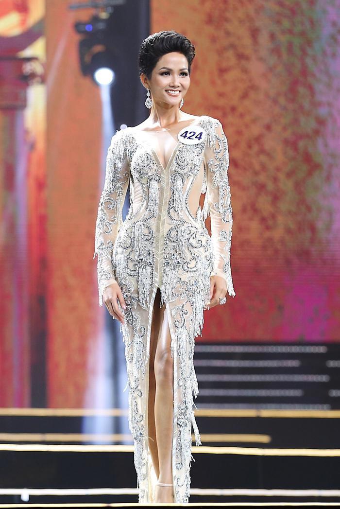Bước vào đêm chung kết Miss Universe Vietnam 2017, H'Hen Niê quyết định lựa chọn chiếc váy màu ánh bạc lấp lánh.Bộ váy xẻ đùi ở phần trước được đánh giá là khá phù hợp với vóc dáng của cô gái đến từ buôn làng Ê Đê.