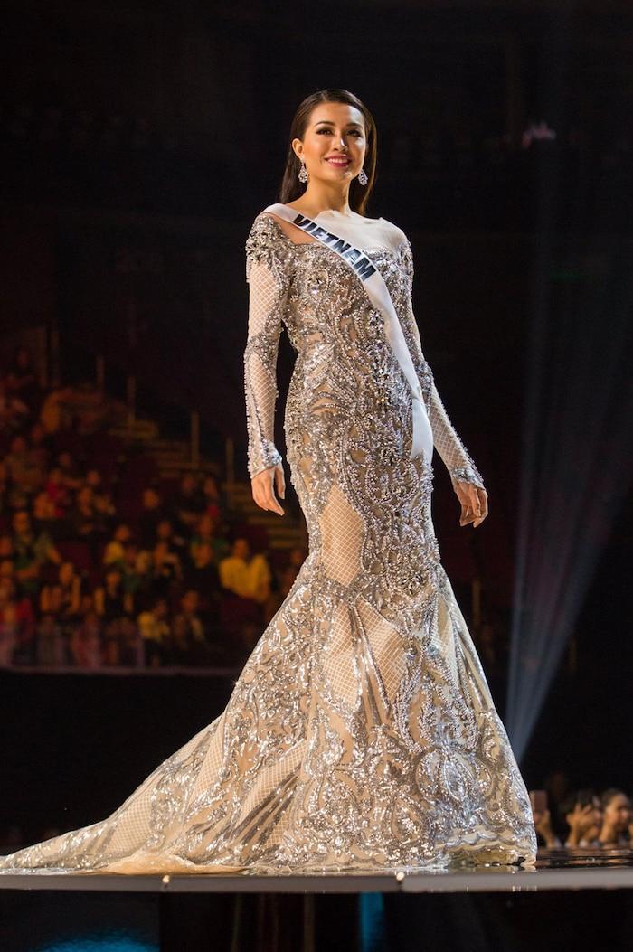 Vẫn sử dụng phom váy đuôi cá để tỏa sáng tại Miss Universe 2016nhưng bộ váy màu ánh bạc này không giúp Lệ Hằng ghi điểm với người hâm mộ. Có ý kiến cho rằng thiết kế này còn không ấn tượng bằng bộ váy màu đỏ mà cô đã mặc tại chung kết Hoa hậu Hoàn vũ Việt Nam 2015.