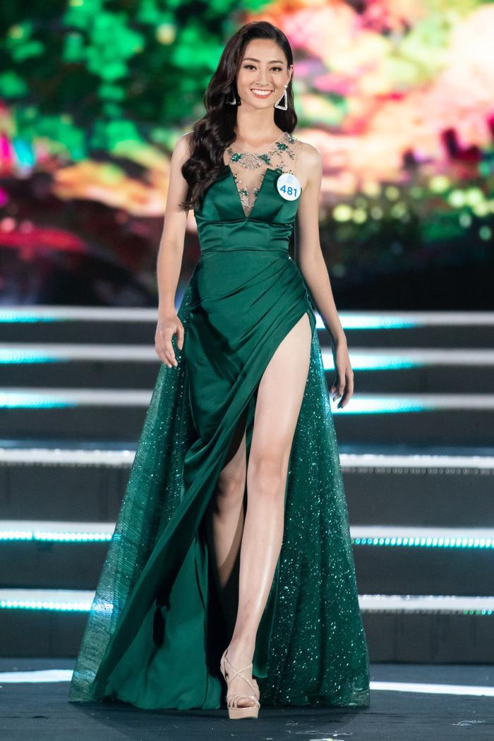 Lương Thùy Linh đã mạo hiểm khi lựa chọn bộ váy màu xanh ve chai kén người mặc tại đêm chung kết Miss World Vietnam 2019.Mặc dù đây không phải là bộ váy thảm họa nhưng nhiều ý kiến cho rằng nó chưa phô diễn hết nét đẹp của người đẹp đến từ Cao Bằng.