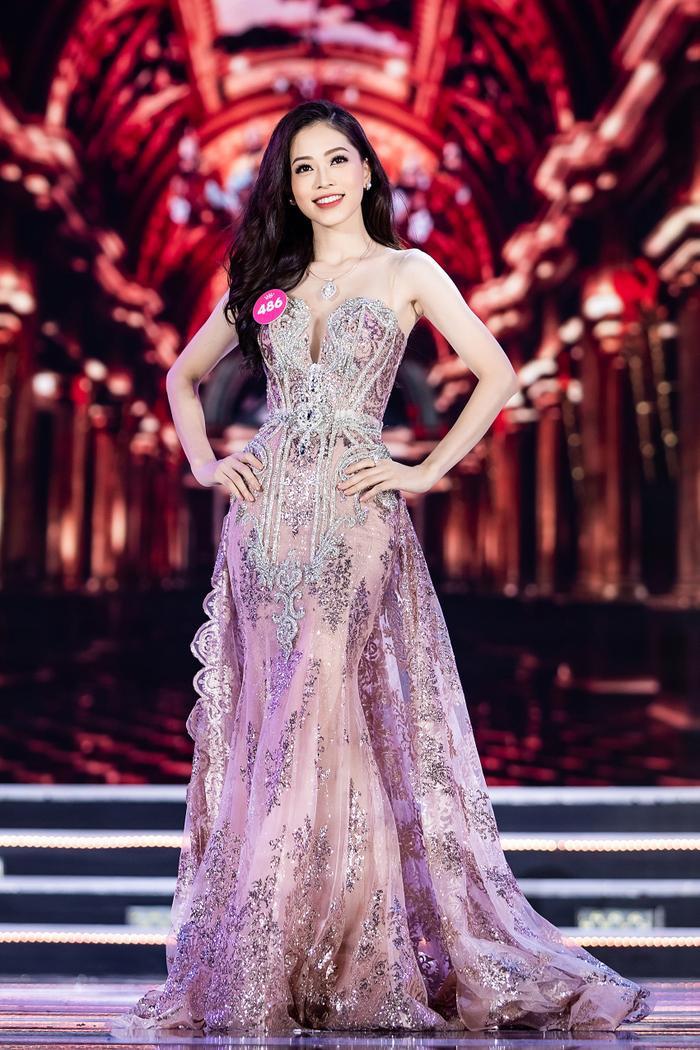 Bùi Phương Nga là ứng cử viên sáng giá cho ngôi vị Hoa hậu Việt Nam 2018. Bộ váy màu hồng phấn dáng này cũng đã góp phần tôn lên nhan sắc gây thương nhớ của á hậu Bùi Phương Nga.