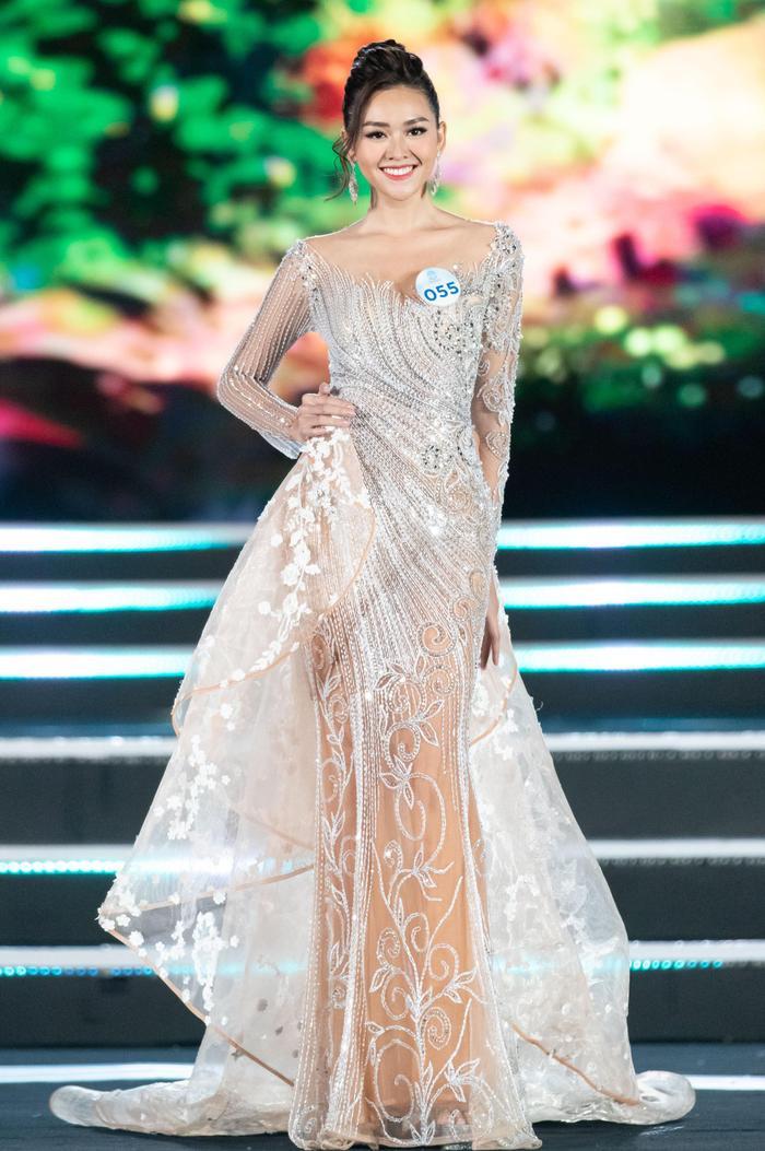 Tường San là người đẹp đã giành được danh hiệu Á hậu 2 Miss World Vietnam 2019. Trong đêm chung kết, cô trở thành mọi tâm điểm của sự chú ý khi sở hữu gương mặt xinh đẹp. Đặc biệt, bộ váy dạ hội cách điệu tà váy 3D của người đẹp sinh năm 2000 còn được đánh giá là trang phục dạ hội đẹp nhất cuộc thi.