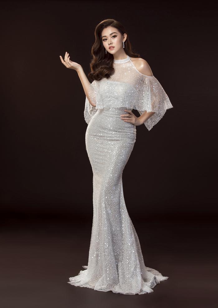 Trong đêm chung kết Miss International 2019,Tường San đã chốt hạ bộ váy màu trắng hở vai xinh xắn.Trở về từ cuộc thi được hơn 1 tháng, ngoài thành tích Top 8 chung cuộc, đại diện Việt Nam bất ngờ 'ẵm' thêm giải phụ Top10Trang phụcdạ hộiđẹpnhất.