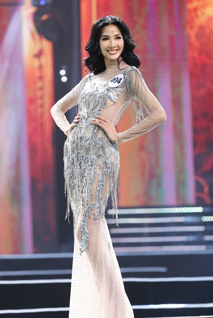 Bộ váy xuyên thấu được đính kết tỉ mỉ của Hoàng Thùy tại đêm chung kết Miss Universe Vietnam 2017 không được fan đánh giá cao.