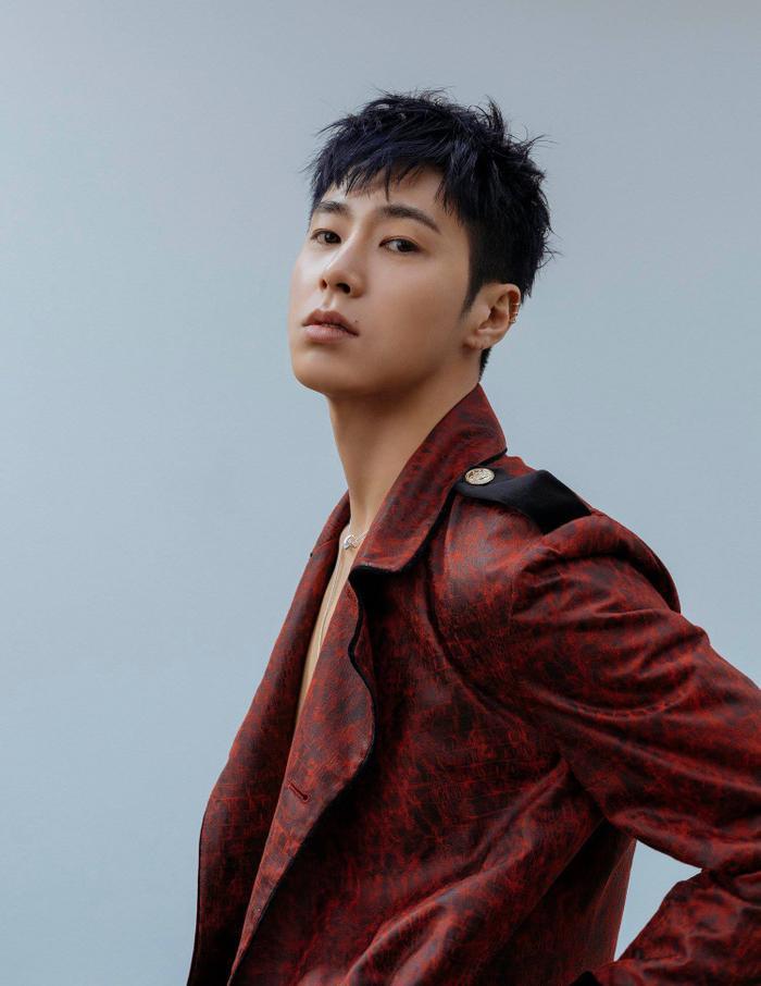 """5. Thành viên Yunho của ATEEZ đã chia sẻ rằng được hình mẫu idol của anh chàng là DBSK Yunho dành lời khen: """"Tôi biết rất rõ về cậu đấy, Yunho""""trong một lần gặp gỡ ở hậu trường M!Countdown. Có thể thấy Yunho (DBSK) cũng theo dõi và ấn tượng mới có thể biết rõ về Yunho của ATEEZ."""