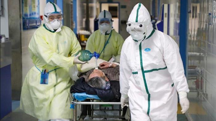 Số lượng bệnh nhân khổng lồ và thiếu thốn vật tư, trang thiết bị khiến y bác sĩ dễ bị lây bệnh.