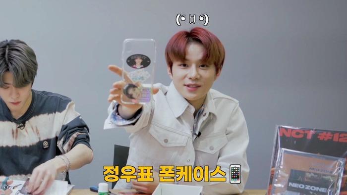 Jungwoo cắt photocard của chính mình để làm ốp điện thoại.