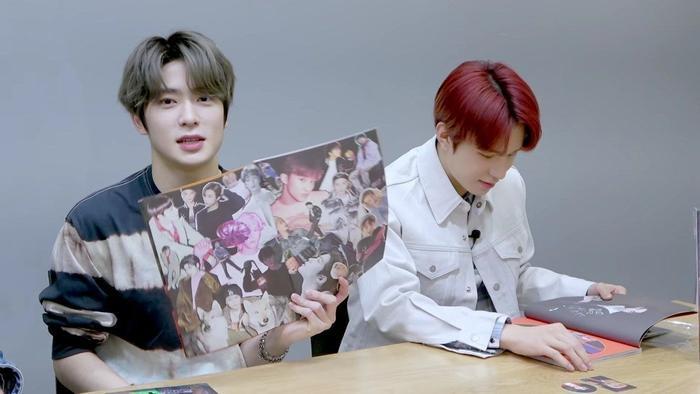 Jaehyun dùng tay ép thẳng mạnh vào cuốn photobook.