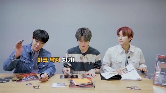 Doyoung dùng circle card chơi đập thẻ.