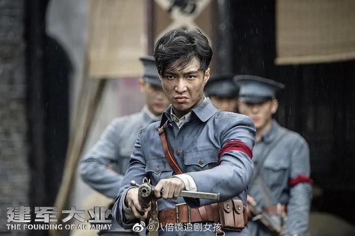 Nam thần mặc quân trang Trung Quốc: Hạng nhất khiến khán giả bất ngờ khi Trần Vỹ Đình hạng 10, Dịch Dương Thiên Tỉ hạng 2 ảnh 14