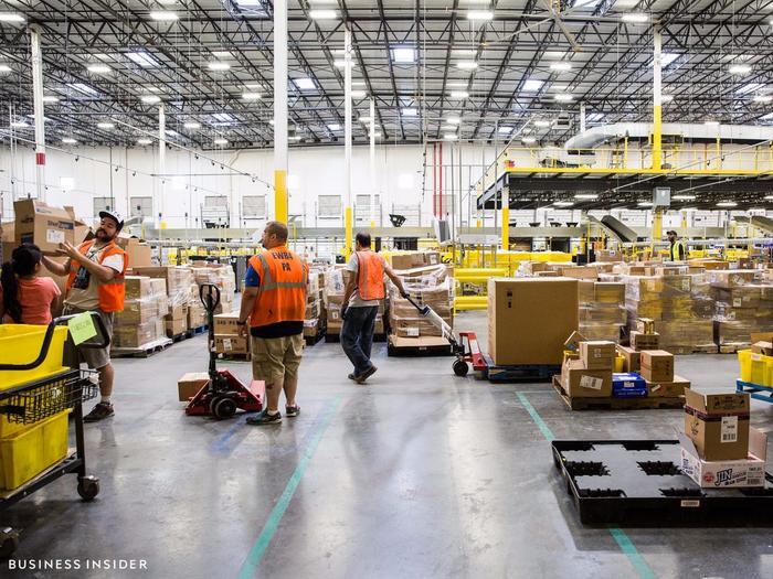 Trong nhiều năm, chế độ nhân viên trong các nhà kho của Amazon luôn được đặt một dấu hỏi lớn. (Ảnh: BI)
