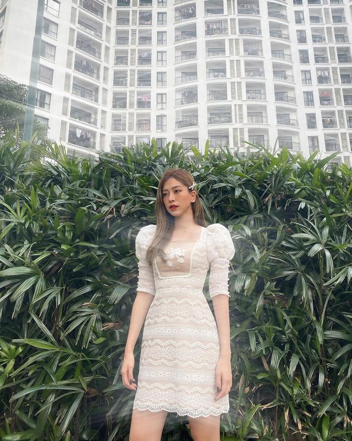 Sở hữu gương mặt đẹp thanh thoát, Á hậu Phương Nga khiến khán giả mê mẩn khi thả dáng trong chiếc váy trắng có phần tay bềnh bồng, mix cùng ren thêu. Nàng công chúa giữa đời thực đây rồi!