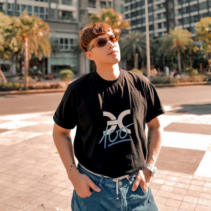 Stylist Lê Minh Ngọc đưa ra gợi ý đơn giản nhưng hiệu quả cho các chàng trai: áo phông đen cùng quần jeans.