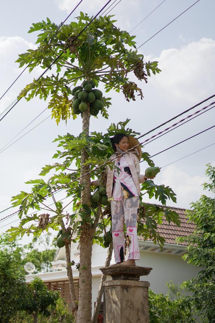 Về quê làm vườn, HHen Niê duyên dáng thừa nhận: Hen điên quá nên ế, làm hoa hậu mới có người vớt ảnh 6