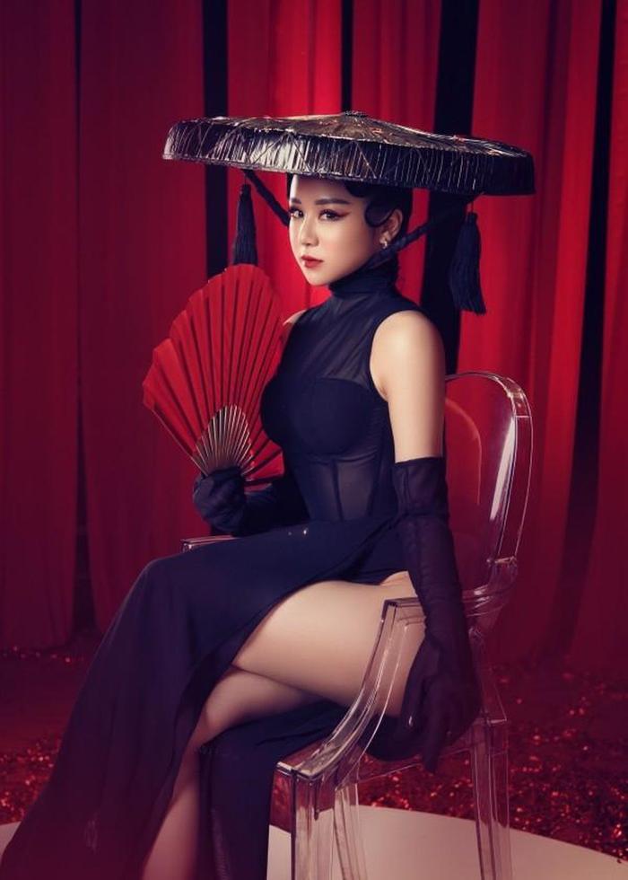 Trang phục truyền thống quá gợi cảm của Nhã Tiên cũng từng bị chỉ trích.