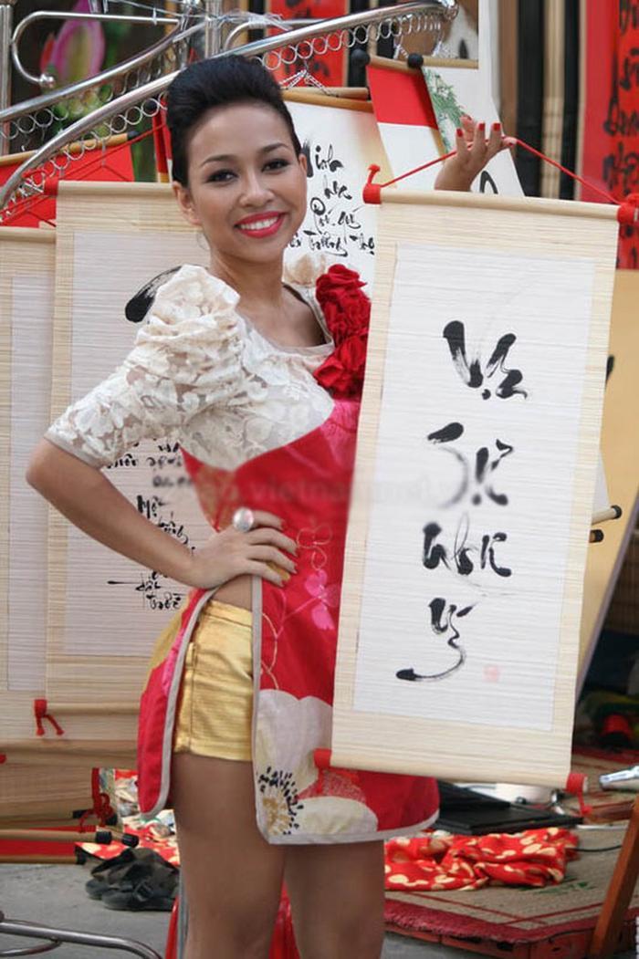 Áo dài tà ngắn, quần ngắn của Thảo Trang không hề duyên dáng.
