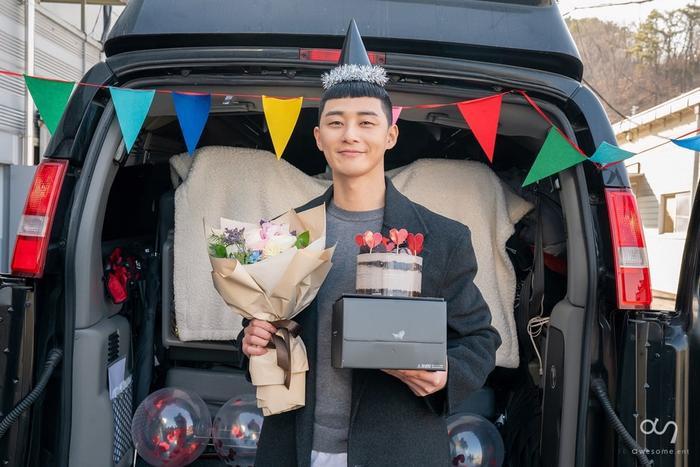 Fan hâm mộ đã gửi bánh kem vầ quà chúc mừng anh kết thúc Itaewon Class