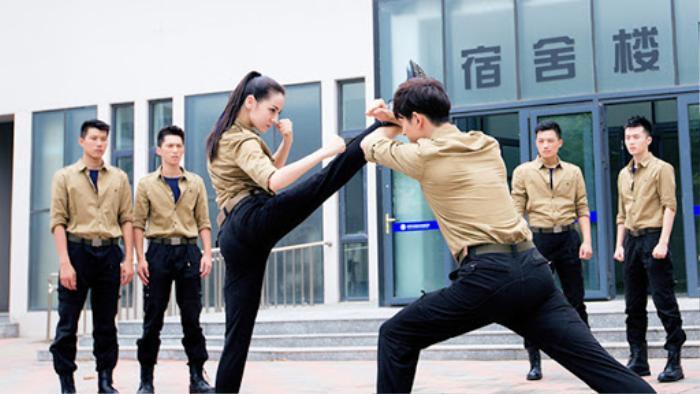 Ưu thế ngoại hình giúp Địch Lệ Nhiệt Ba dễ dàng hóa thân thành nữ vệ sĩ