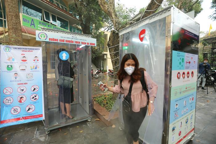 Buồng khử khuẩn toàn thân được hy vọng phần nào sẽ giải quyết được nhu cầu sàng lọc, dự phòng lây nhiễm tại các khu vực có tiếp xúc đông người, từ đó góp phần ngăn ngừa lây lan dịch bệnh. (Ảnh:Giang Ngọc)
