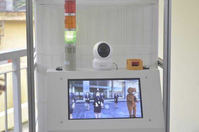 Robot này được trang bị nhiều camera để kết nối bệnh nhân với bác sĩ ở phòng điều khiển trung tâm, cũng như cho phép đội ngũ y bác sĩ ở trung tâm điều khiển nhìn thấy đường đi của robot. (Ảnh: Dân Trí)